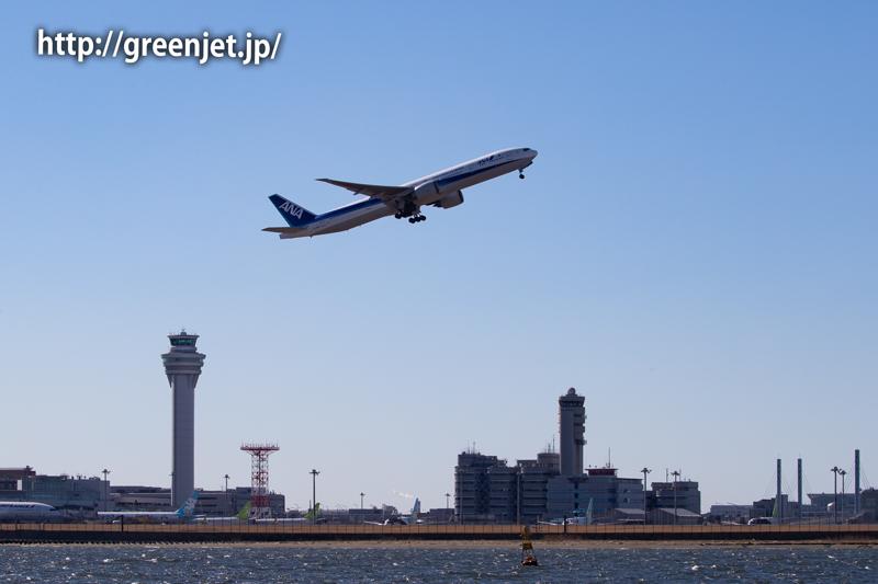海上のクルーズ船からANAの飛行機と羽田の管制塔、そして富士山!