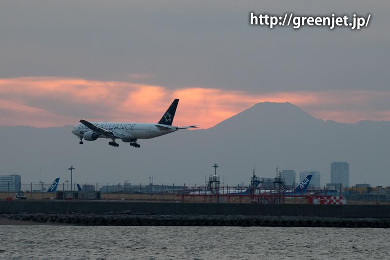 スタアラANAのB777と夕焼け富士