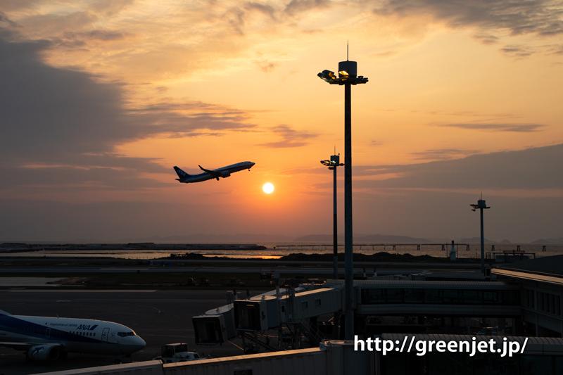 那覇空港の展望デッキで撮る夕焼けと飛行機
