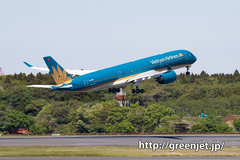 ベトナム航空のエアバスA350を成田の第一ターミナルから捉える