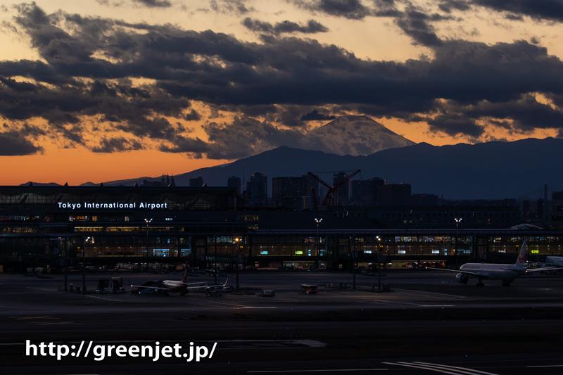 夕焼けの羽田空港~国際ターミナルを望む~