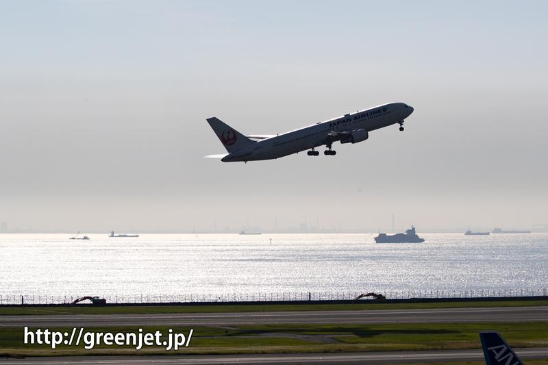 逆光のキラッと輝く海と飛行機~羽田にて~
