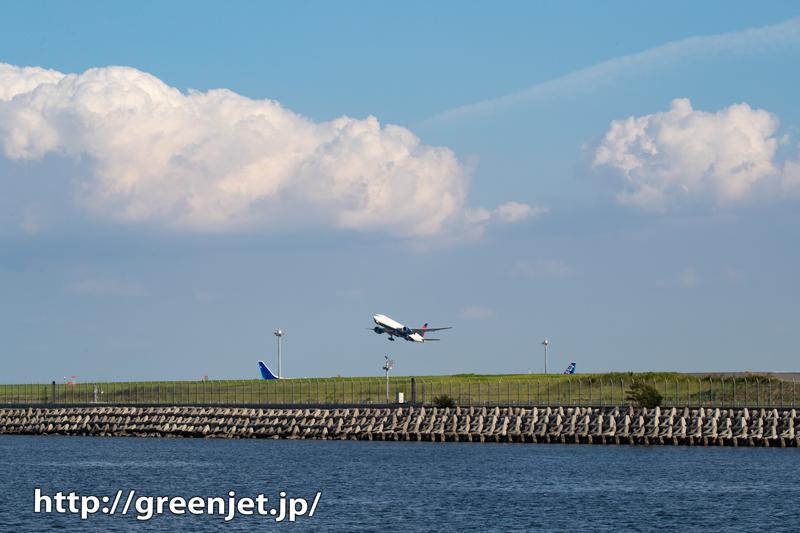 積乱雲を切り裂く飛行機~デルタのB777