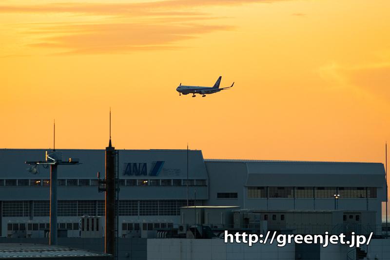 国際ターミナル駐車場から狙う朝焼けと飛行機@ANA B767