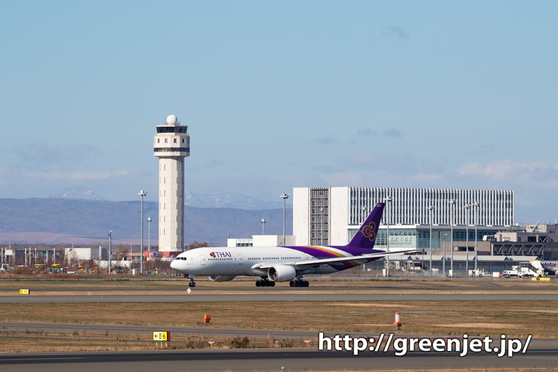 新千歳で捉えた紫の飛行機@タイのB777