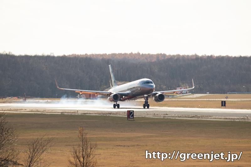 新千歳空港に降り立つシルバーの飛行機は!