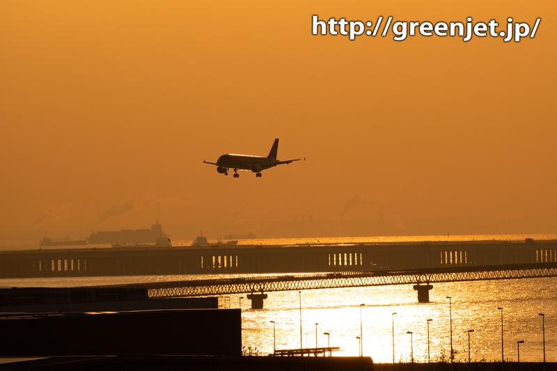羽田の朝焼けと飛行機。そしてモノレール。