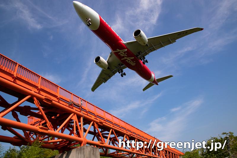 成田の誘導灯真下で迫力の飛行機写真!