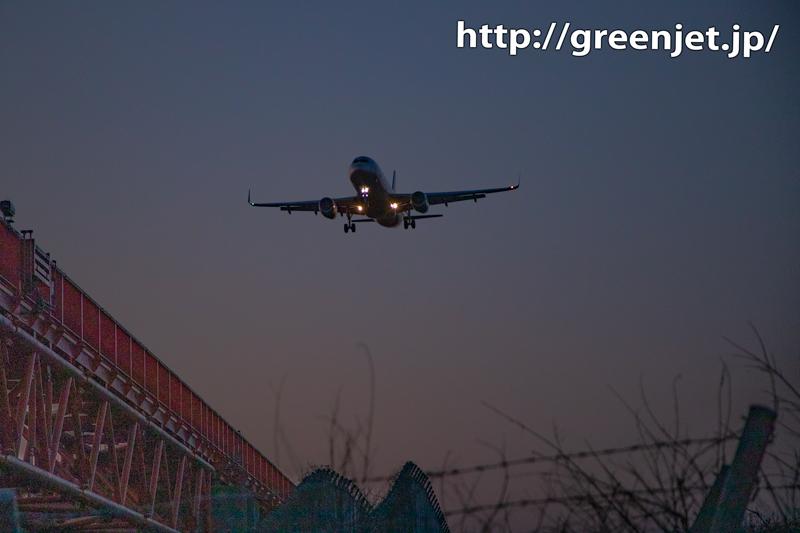 紫色がかった空と飛行機写真に息をのむ