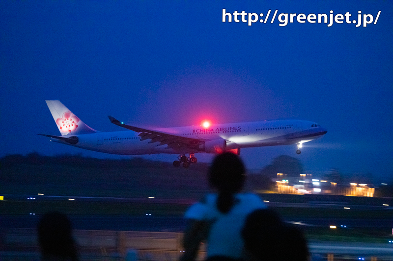 夜の流し撮り飛行機@手前に少女!