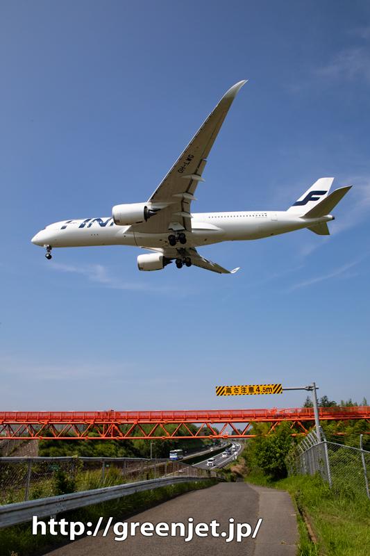 高速道路上空に飛行機!フィンエアーA350