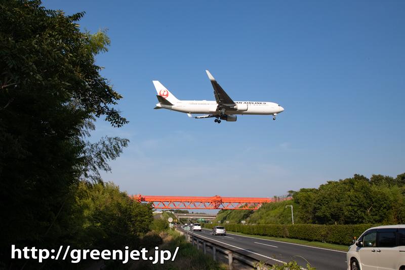成田の赤い誘導灯と飛行機~この角度いいね!