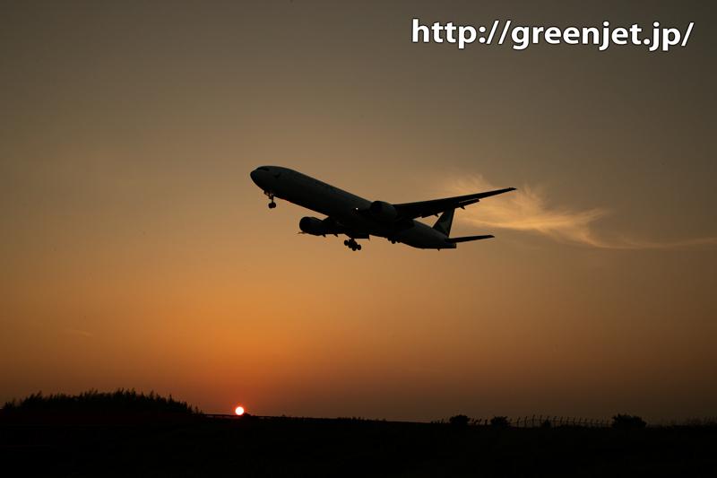 夕日と飛行機~ちょっと印象的な雲が絡む