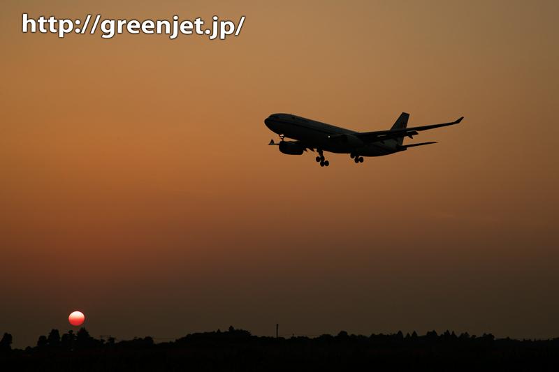 夕日のグラデーションと飛行機~成田