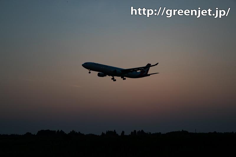 夕日沈んだグラデーションの空と飛行機