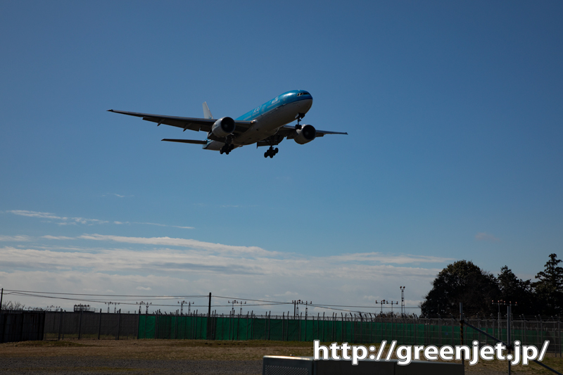 空き地の上を飛行機が通過~これも成田