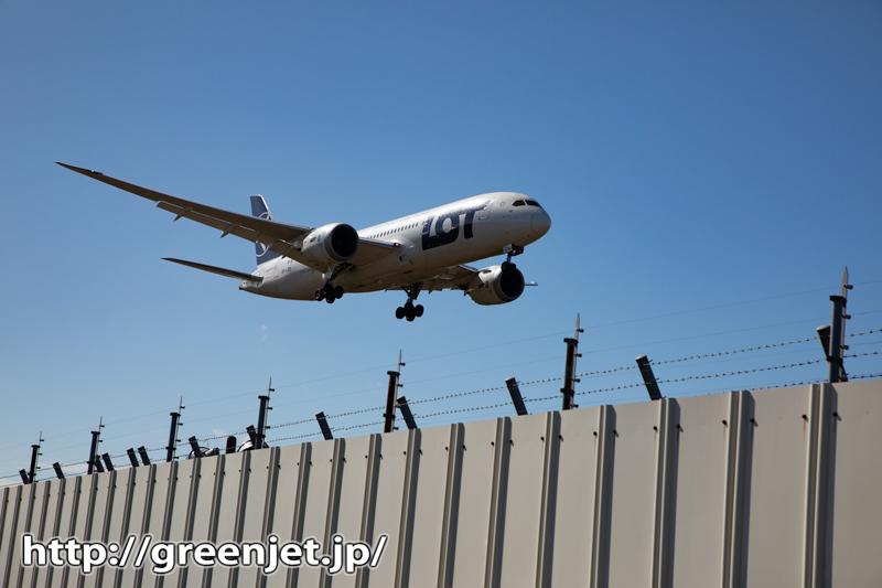 飛行機写真~フェンスの向こうを飛ぶB8