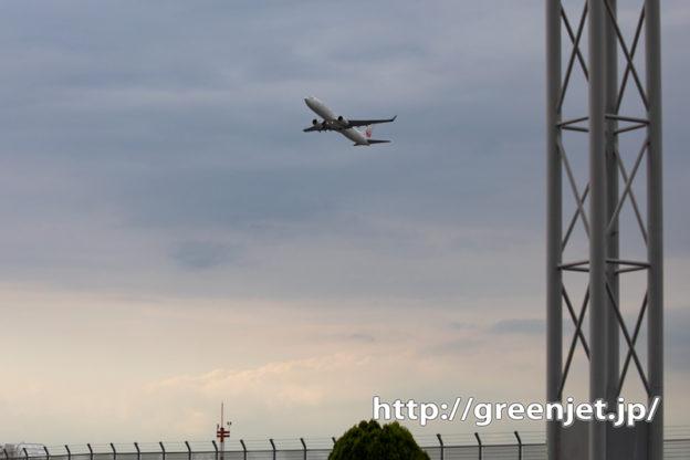 鉄塔の向こうから飛行機~羽田で珍しく