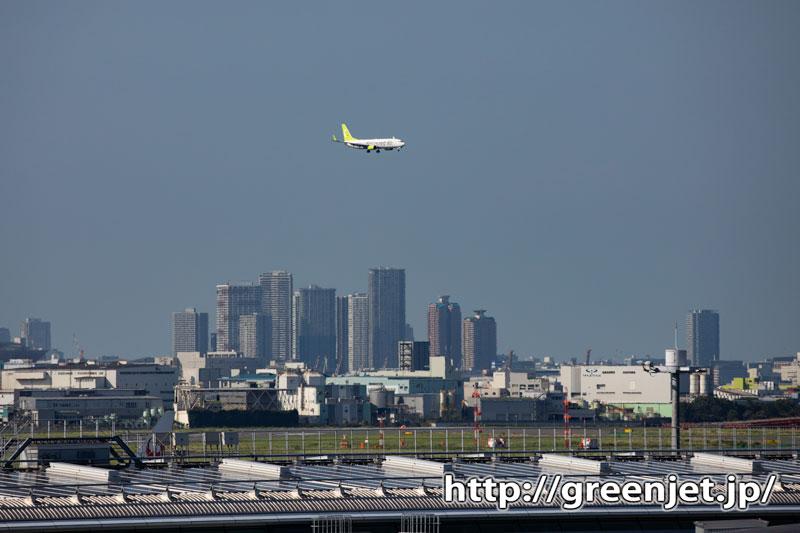 羽田T3展望デッキから都心のビルと飛行機