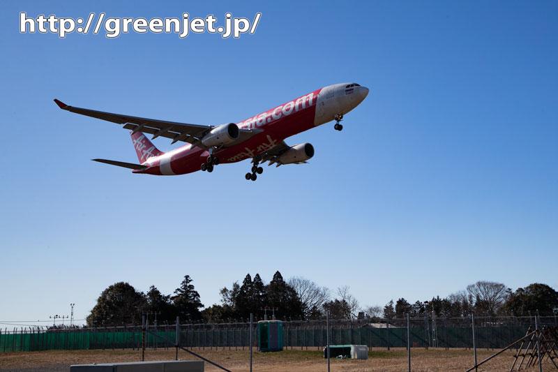 成田の荒野で赤白の飛行機と~エアアジア