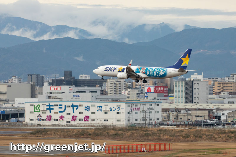 福岡の街並みと飛行機~背後の山が超印象的