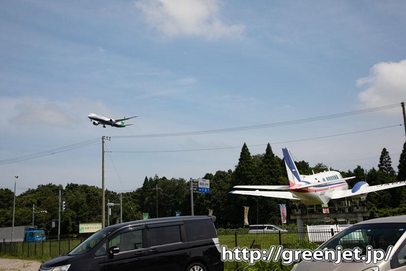 成田で飛行機~エバーのB787とB99
