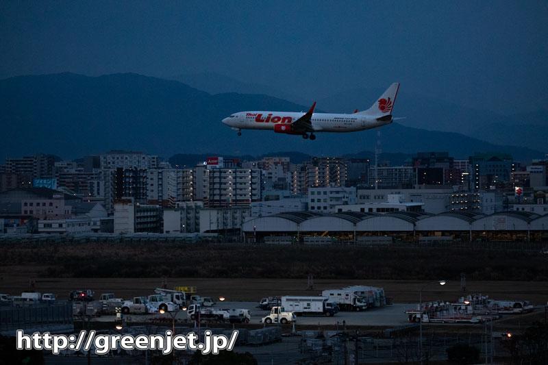 夜明け前の福岡の街並みと飛行機!