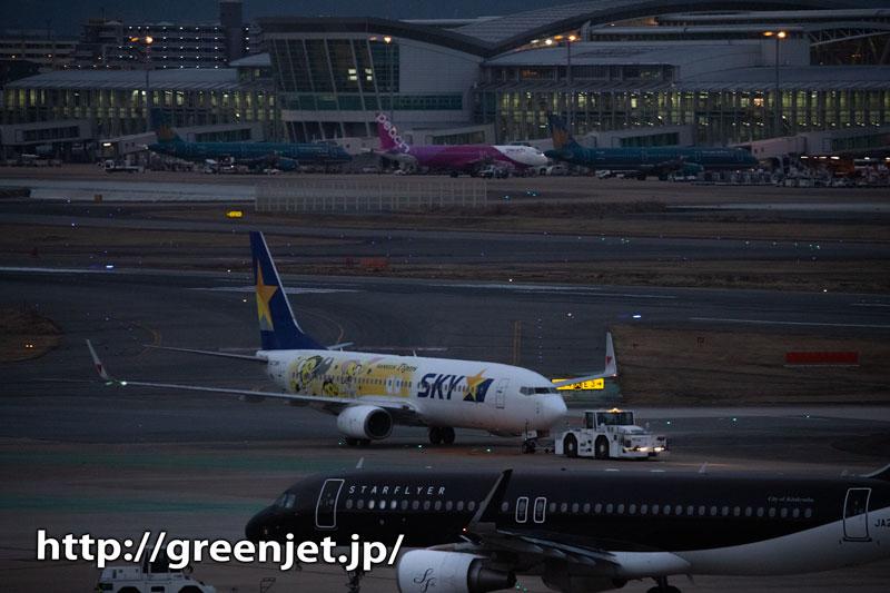 半暗闇の空港と飛行機~福岡の虎