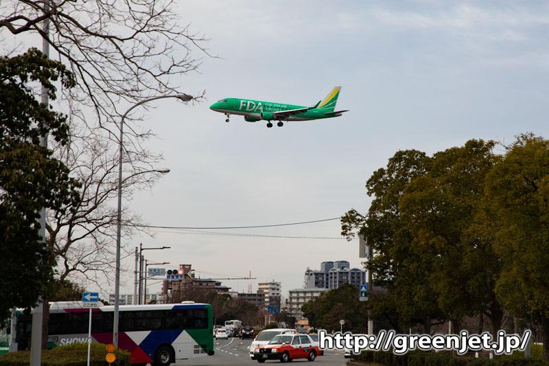 緑の飛行機が幹線道路上を横切る快感~福岡
