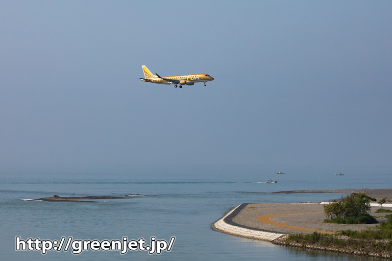 やっぱ美しい高知竜馬空港に臨む海と飛行機