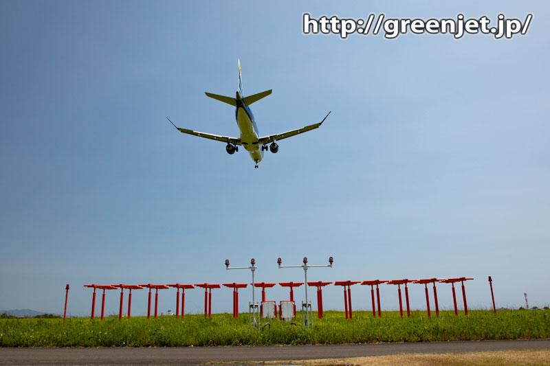 高知のRWY14~赤い誘導灯と飛行機