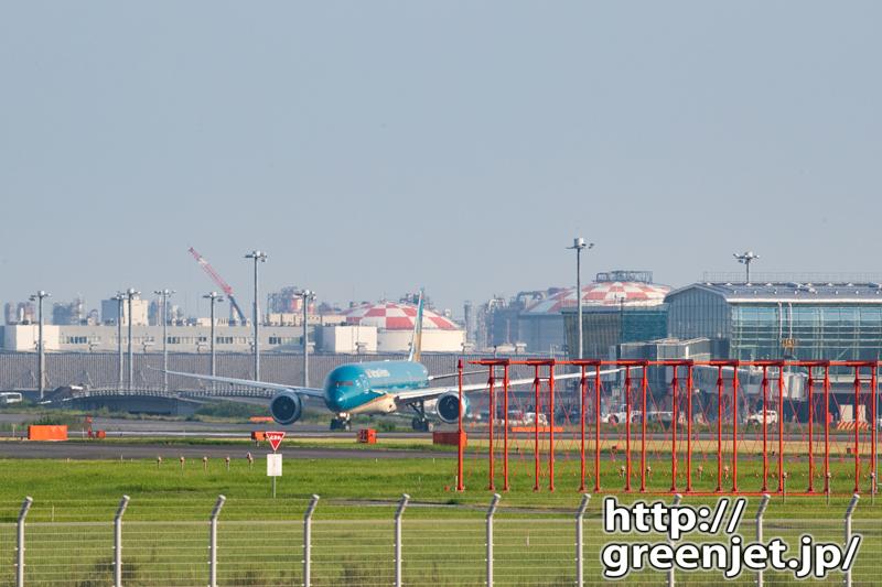 赤いILSアンテナとターコイズブルーの飛行機
