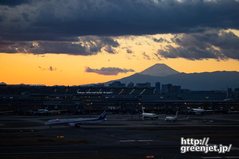 羽田で飛行機~夕焼けとターミナルビル