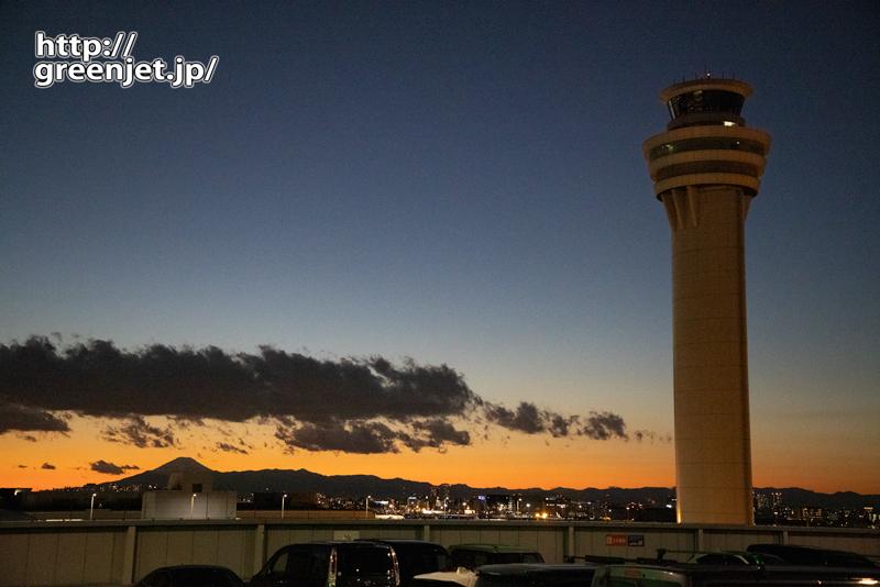 羽田で飛行機~夕焼けと管制塔