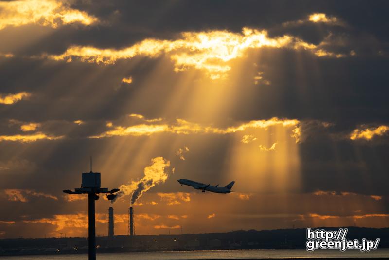 羽田で飛行機~朝陽と光の光芒