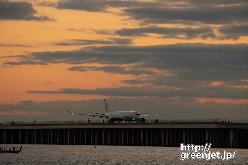 羽田で飛行機~朝焼けとJAL A350