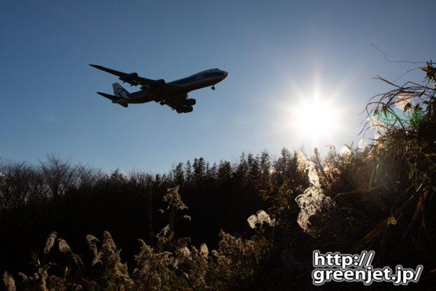 成田で飛行機~逆光で待つジャンボ