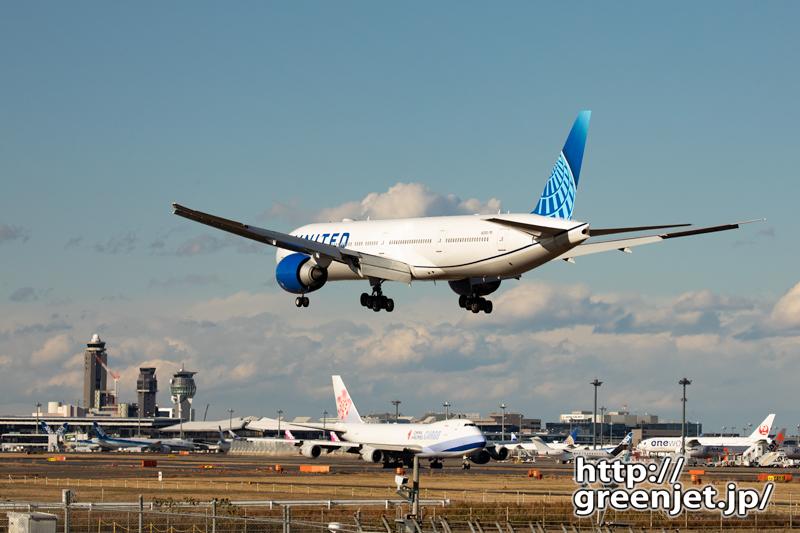 成田で飛行機~ニューカラーユナイテッドの尾翼
