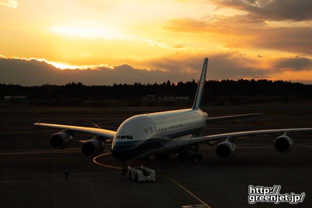 成田で飛行機~怪鳥の右を照らす美しい夕陽