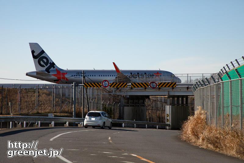 成田で飛行機~ココを飛行機が通ると、おっ!