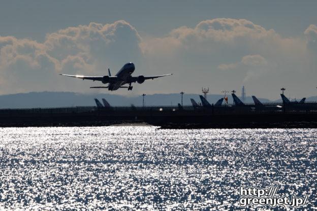 羽田で飛行機~城南島からギラギラ海を前景に