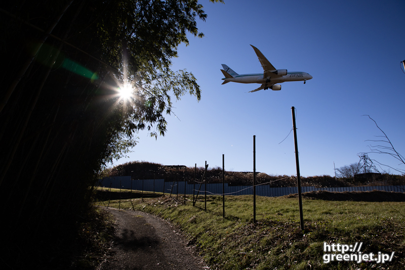 成田で飛行機~山の小道からB787を捉える