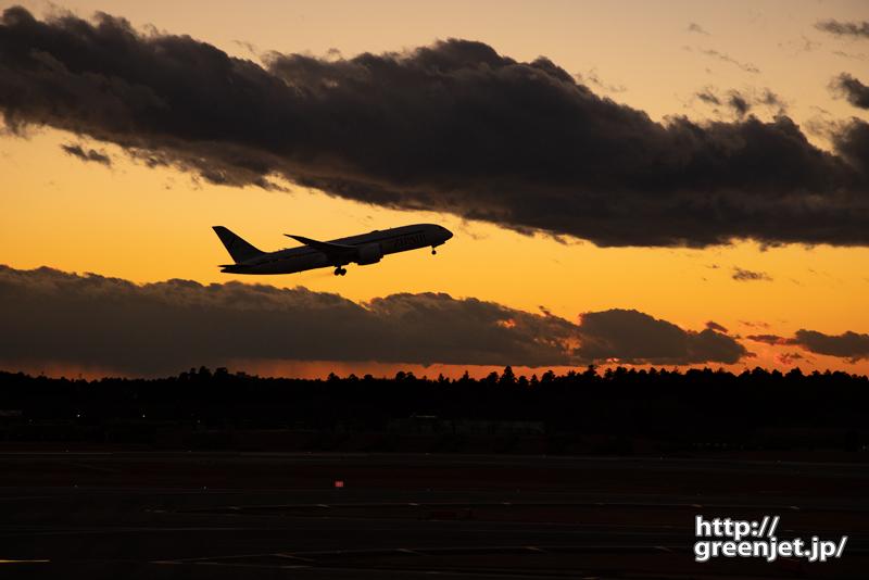成田で飛行機~夕陽~雲と雲の間から