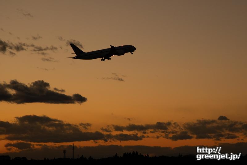 成田で飛行機~夕景にB78の美しいシルエット