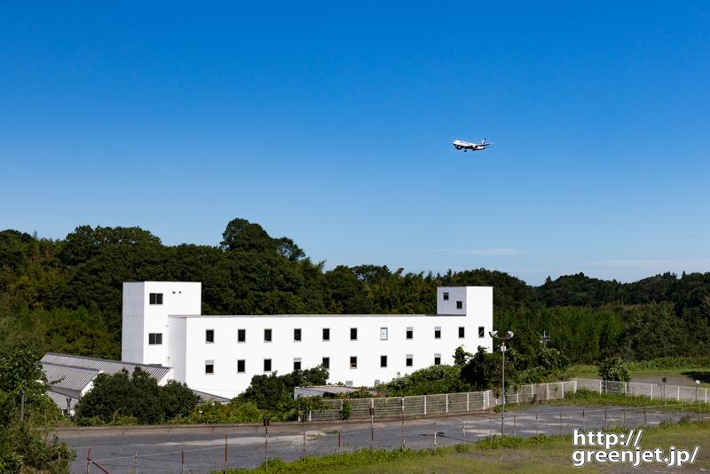 成田で飛行機~真っ白い建物とANAカーゴ