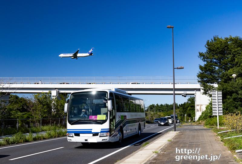 成田で飛行機~歩道からバスの向こうに飛行機