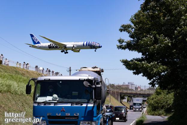 成田で飛行機~スターウォーズが目の前を!