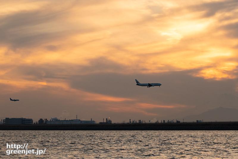 羽田で飛行機~夕陽と絡む2機