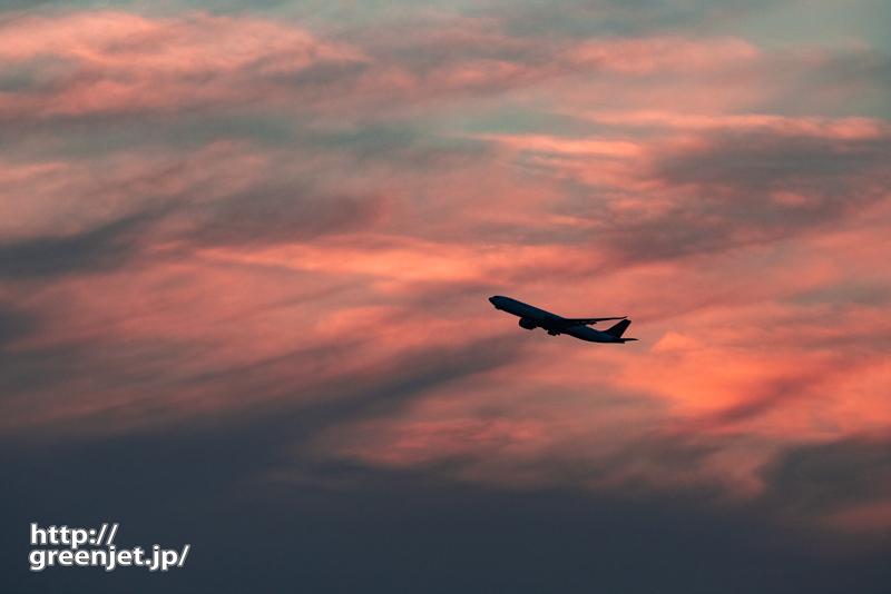 羽田で飛行機~オレンジに染まる雲と飛行機