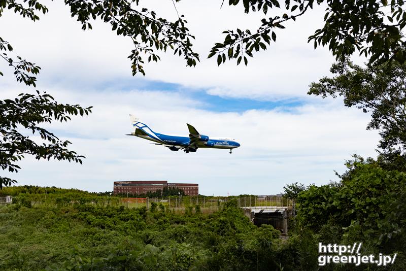 成田で飛行機~自然の額縁の中にジャンボ